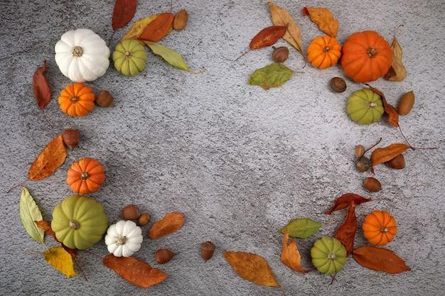 Thanksgiving of oogst achtergrond met pompoenen en herfstbladeren