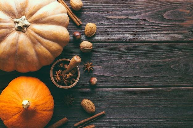 Thanksgiving, pompoenen en kruiden op een bruine houten achtergrond