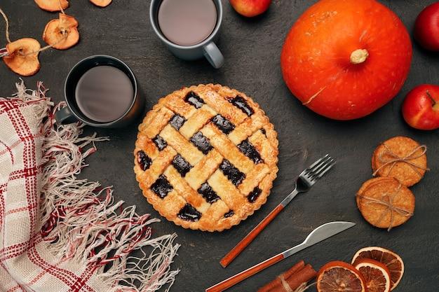 Thanksgiving taart taart en pompoen op zwart