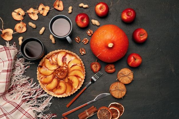 Thanksgiving taart taart en pompoen op zwarte achtergrond