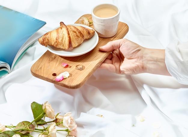 The love lconcept op tafel met ontbijt