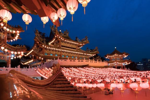 Thean hou temple verlicht voor chinees nieuwjaarsfestival, kuala lumpur, maleisië.