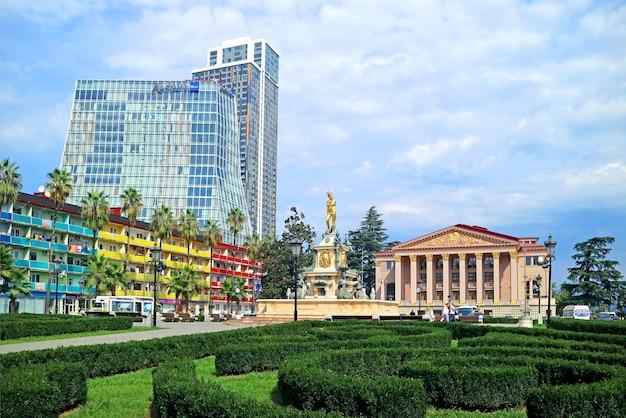 Theaterplein van batumi-stad met de neptunus-fontein en groepen prachtige architectuur georgië
