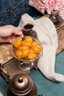 Thee en abrikozenjam op de tafel