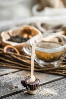 Thee en chocoladesuikergoed op een stok