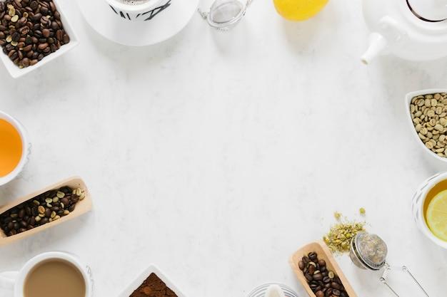 Thee en koffie met kopie ruimte op witte tafel