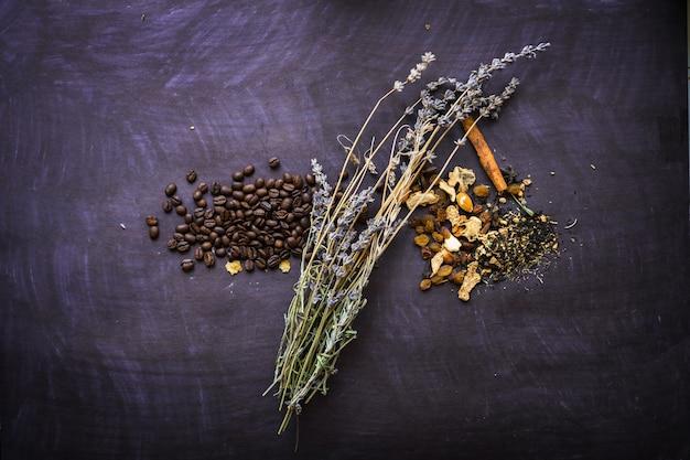 Thee en koffie op het zwarte papier gezond ontbijt of brunch favoriete maaltijd