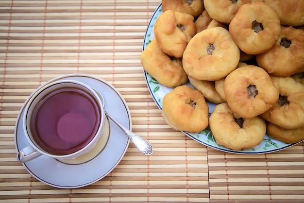 Thee en ronde cakes met vlees, tatar peremyach