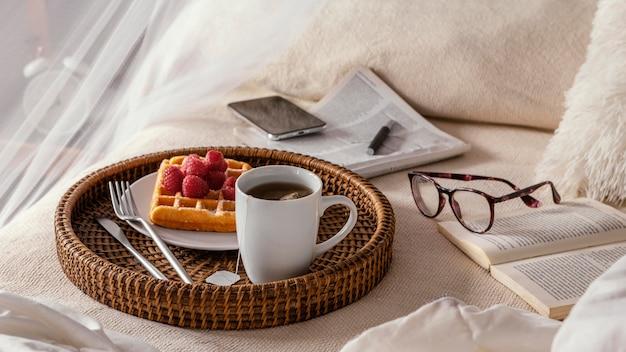 Thee en wafel onder hoge hoek