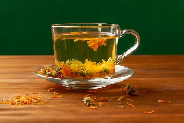 Thee gemaakt van calendula is een therapeutische thee voor verschillende aandoeningen.