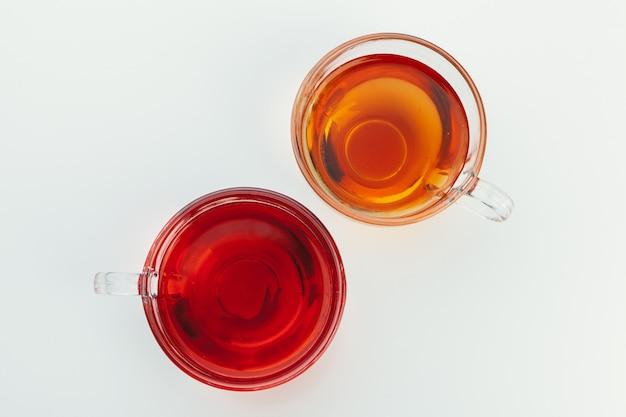 Thee in een glazen beker met specerijen en kruiden. bovenaanzicht