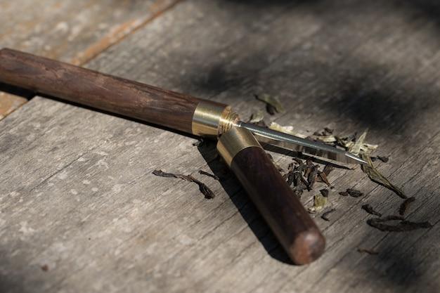 Thee mes close-up op een houten tafel.
