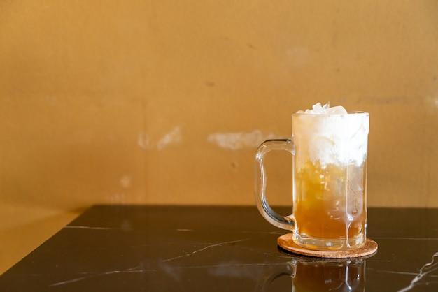 Thee met appelsap en yoghurtschuim erop