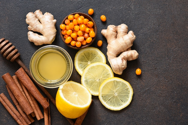 Thee met citroen, honing en kaneel. ingrediënten voor het maken van thee. warme winterdrank met gember en duindoorn.