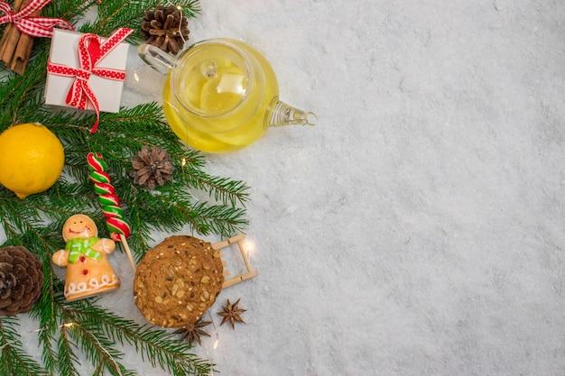 Thee met citroen. kerstkaart. preventie van verkoudheid. nieuwjaar achtergrond. bovenaanzicht flatlay-indeling