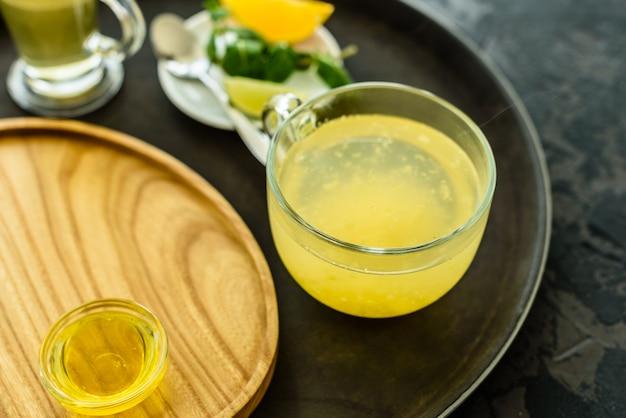 Thee met duindoorn in glas en honing. het kan als achtergrond worden gebruikt
