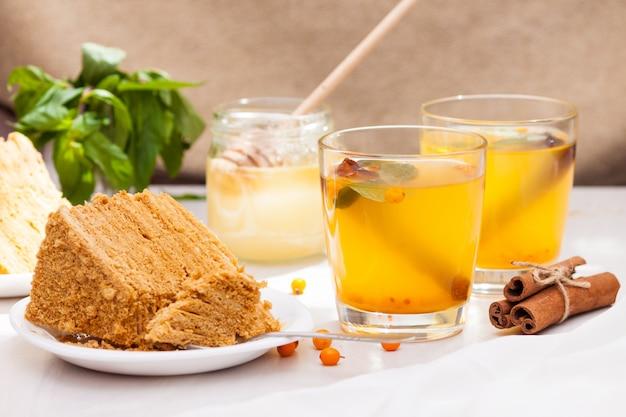 Thee met duindoorn, munt, honing en kaneel en honing gelaagde cake