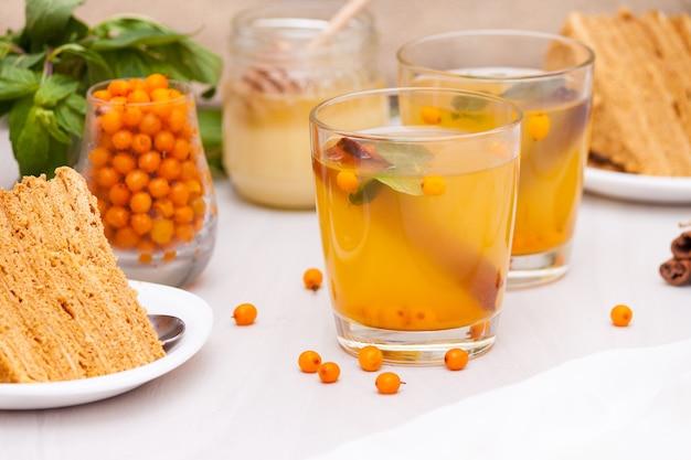 Thee met duindoorn, munt, honing en kaneel