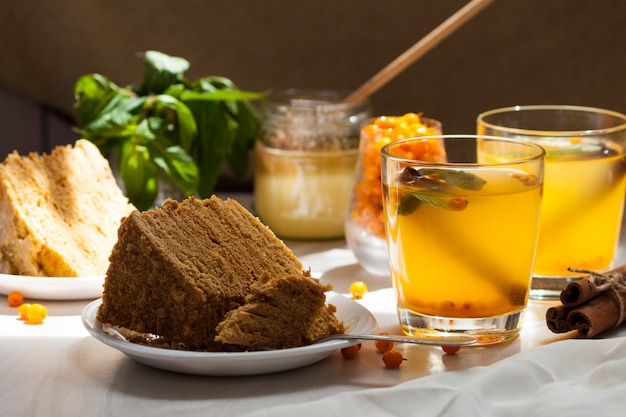 Thee met duindoorn, munt, honing, kaneel, honing gelaagde cake medovik.