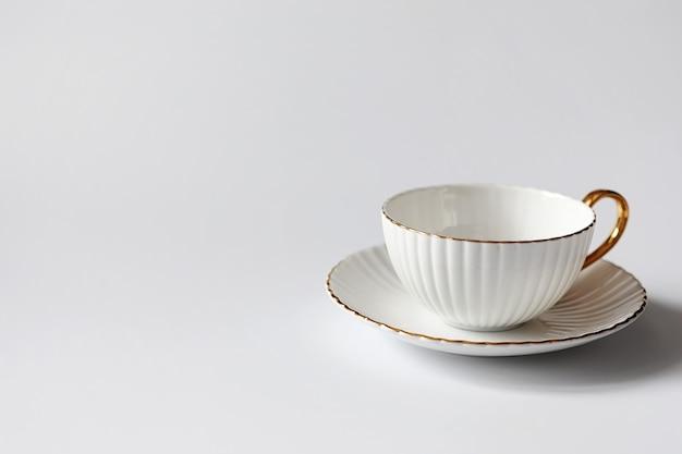 Thee met gebak voor het ontbijt. snoep en gebak met noten voor thee op witte achtergrond. een kopje koffie en pasteitjes.