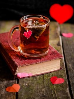 Thee met harten en een boek