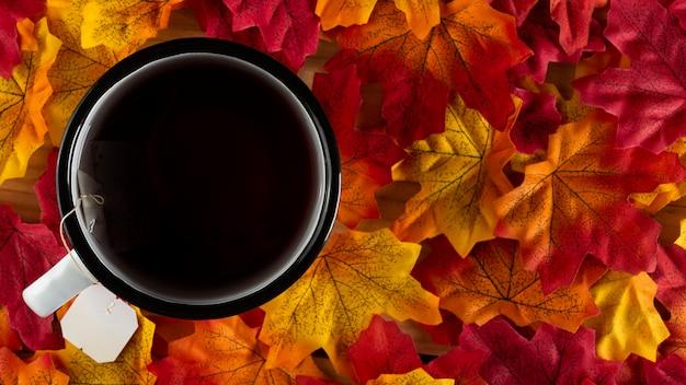 Thee met herfstbladeren, bovenaanzicht
