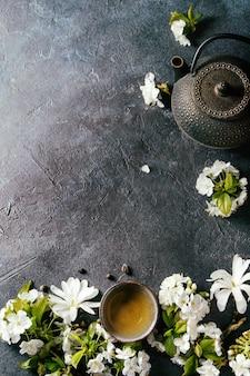 Thee met lentebloemen