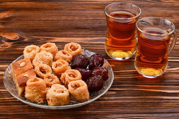 Thee met rahat en gedroogde vruchten op een houten tafel