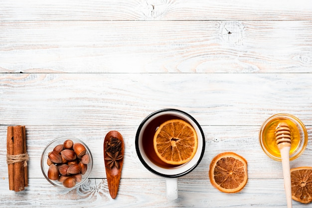 Thee met sinaasappel, honing en kopie ruimte