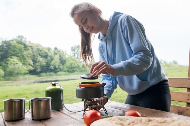 Thee of koffie zetten op de camping met gasbrander en gasfles