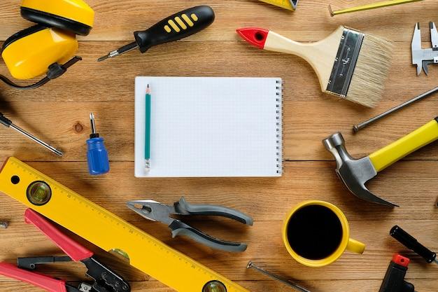 Thee of koffiemok, tekeningen en bouwgereedschap voor bouw en reparatie,