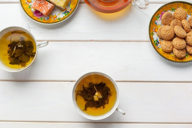 Thee op de houten tafel