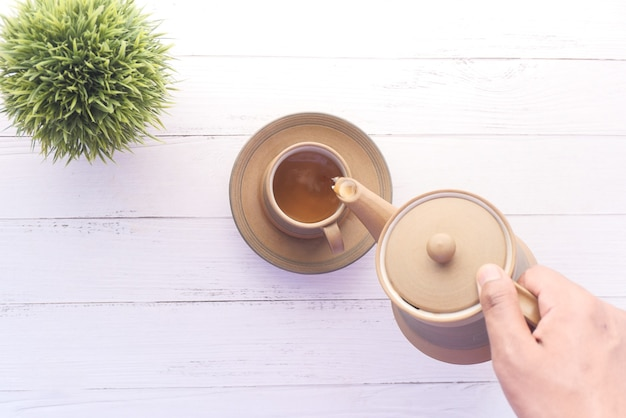 Thee schenken van een theeceremonie van boven naar beneden