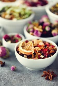 Thee soorten: groen, bloemen, kruiden, munt, melissa, gember, appel, roos, lindeboom, fruit, sinaasappel, hibiscus, framboos, korenbloem, cranberry