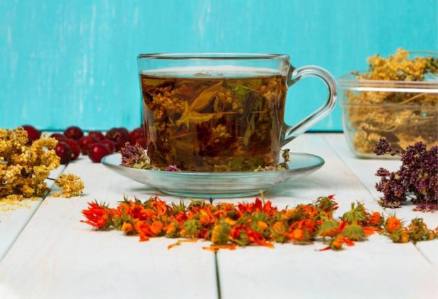Thee uit geneeskrachtige kruiden. gedroogde geneeskrachtige kruiden voor de gezondheid.