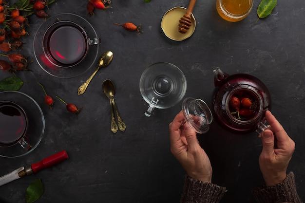 Thee volgens het recept van de traditionele geneeskunde van rozenbottels en verschillende kruiden, oosterse tradities