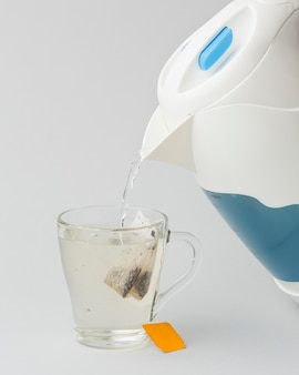 Thee zetten met heet water uit een waterkoker