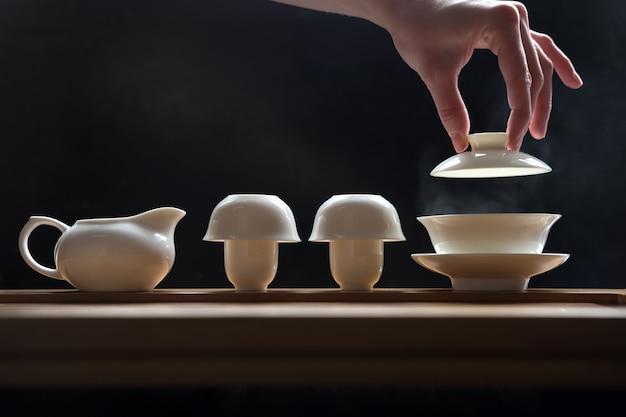 Theeceremonie ingesteld op bamboe tafel, bereiding van groene thee