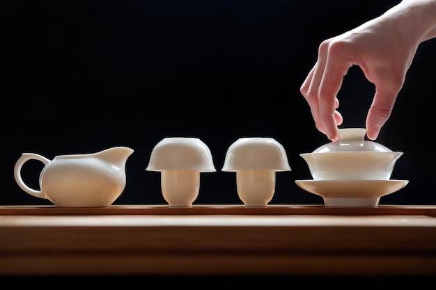 Theeceremonie op bamboelijst, voorbereiding van groene thee wordt geplaatst die