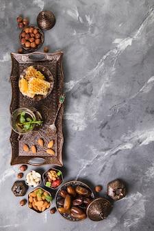 Theeglas met dadelsfruit en honingraat