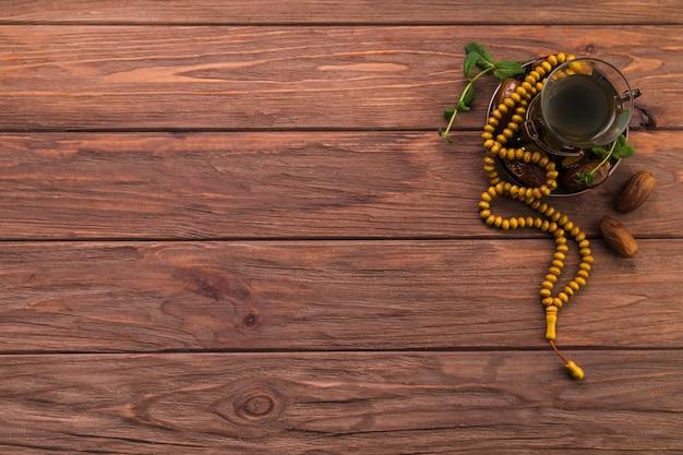 Theeglas met dadelsfruit en kralen