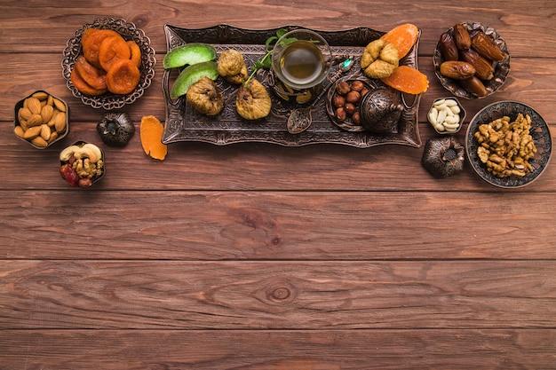 Theeglas met verschillende gedroogde vruchten en noten