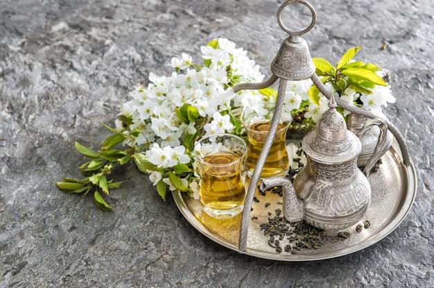 Theeglazen pot. oosterse tafeldecoratie bloemen