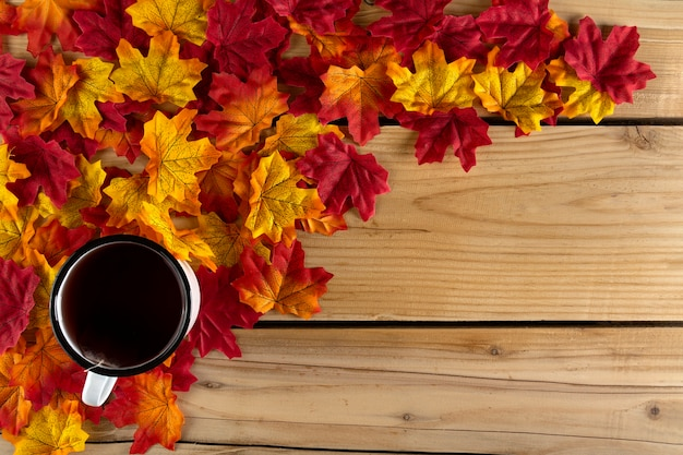 Theekop met herfstbladeren