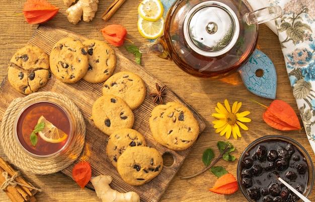 Theekransje concept met zoete koekjes met chocolade kruimels op een houten tafelblad weergave