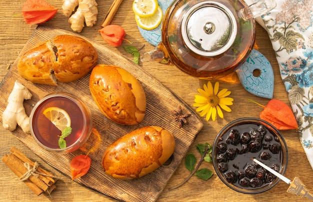 Theekransje concept met zoete taarten op een houten tafelblad uitzicht