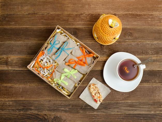 Theemok, verpakking van repen en suikerpot. houten tafel