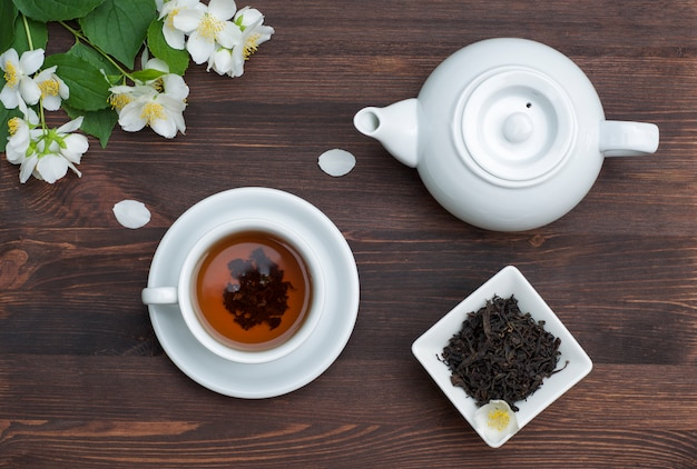 Theepot, beker en thee op de tafel
