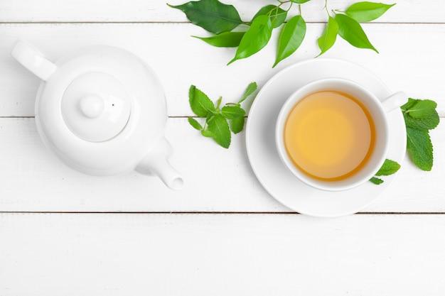 Theepot en kopjes thee