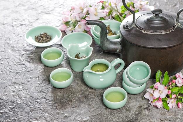 Theepot en kopjes. traditionele chinese theeceremonie. stilleven in aziatische stijl
